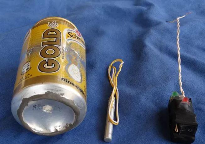 La foto pubblicata su Dabiq. Il barattolo di Schweppes che sarebbe stata utilizzzato come bomba artigianale sull'Airbus A321 russo esploso sui cieli del Sinai. Accanto l'innesto del tritolo e il detonatore. Isis, Daesh,