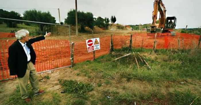 Franco Corbelli nell'area dove sorgerà il cimitero internazionale dei migranti