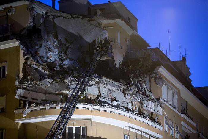 Ecco come si presenta il palazzo a Roma. Crollati gli ultimi tre piani. Causa forse per lavori in appartamento.  (Ansa/Massimo Percossi)