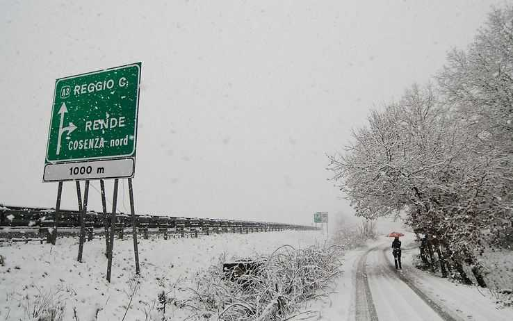 E' gelo polare in Calabria Nevica a Cosenza e Catanzaro. Disagi sull'A3. Anas nella bufera