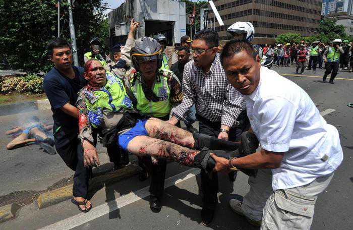 Un poliziotto ferito negli attacchi Isis a Giacarta, Indonesia (Epa)
