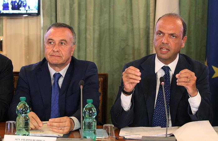 Da sinistra il vice ministro Filippo Bubbico e il ministro dell'Interno Angelino Alfano