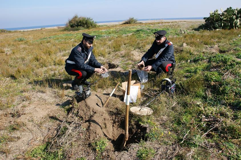 Cirò Marina (Crotone), i carabinieri denunciano un tombarolo