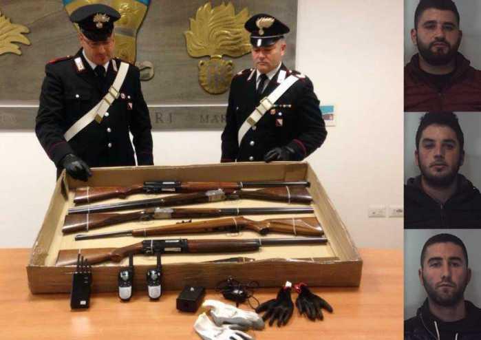 I militari di Marcinise con le armi sequestrate. A sinistra dall'alto in basso, gli indagati fermati: Armando Cami, Ervis Markja e Saimir Markja