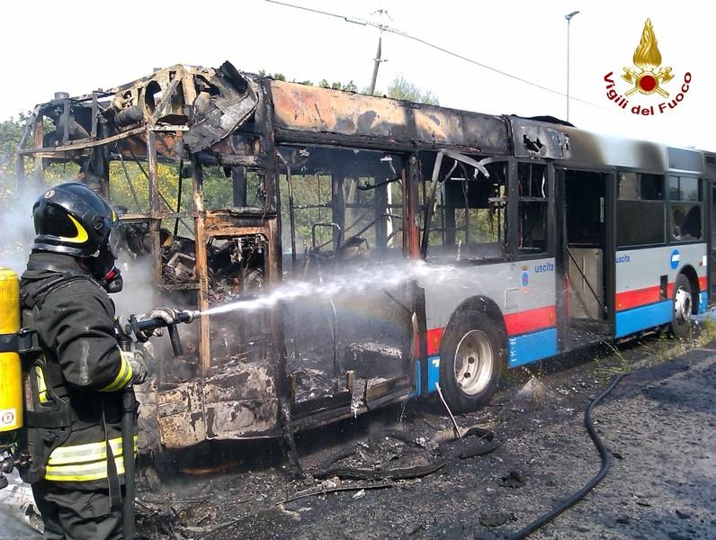 """Locri, distrutti 14 autobus della società """"Federico"""". Indagini"""