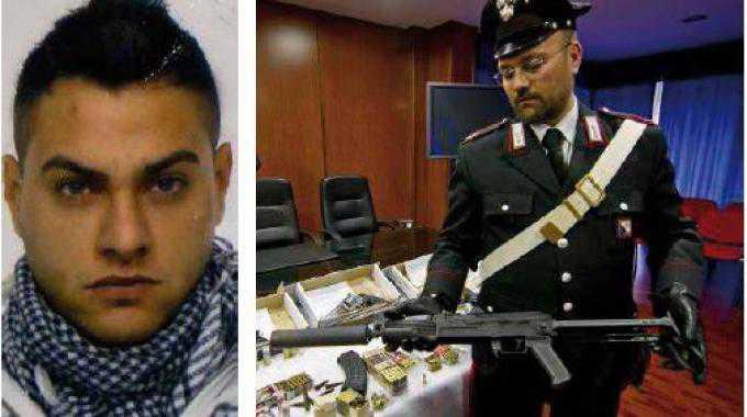 Armi e droga Da sinistra Antonio illuminato a destra il Kalashnikov
