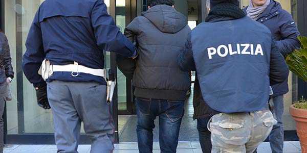 Rossano: molesta donne e picchia agenti, arrestato e liberato