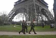 Polizia francese a Parigi in presidio anti terrorismo