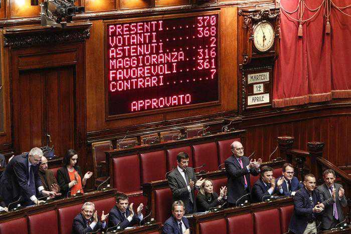 """La Camera approva le riforme costituzionali. Renzi: """"Storico"""""""