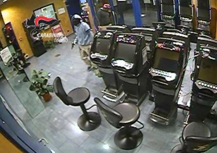 Torino, rapine seriali con l'auto della mamma. 8 arresti
