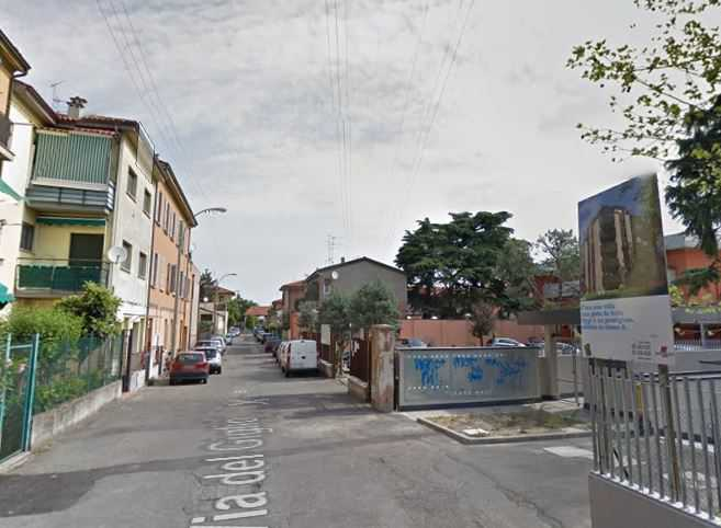 Un cadavere per strada a Bologna. postino Massimo Bolognini