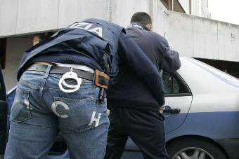 Spacciava droga dai domiciliari, la Polizia arresta 18enne di Crotone