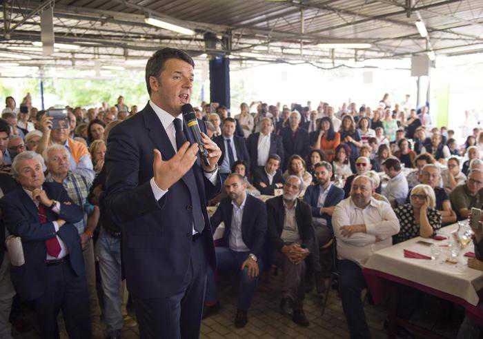 """Elezioni, rush finale per comizi. Renzi: """"Referendum vera partita"""""""