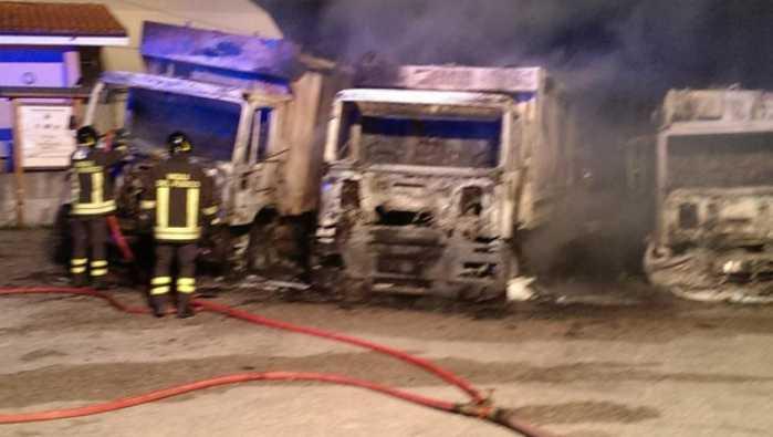 Incendiati a Rosarno nove mezzi per i rifiuti. Si indaga