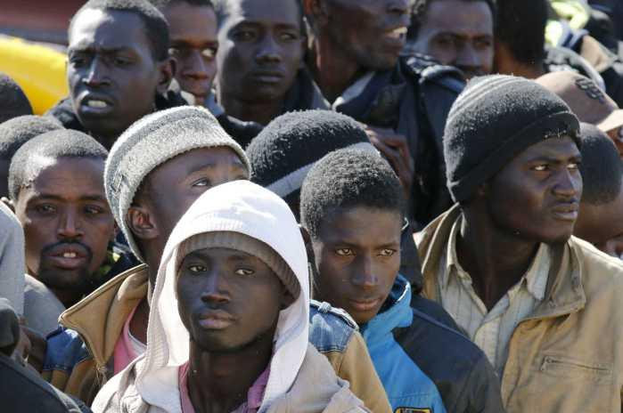 Migranti, in 700 sbarcano a Crotone
