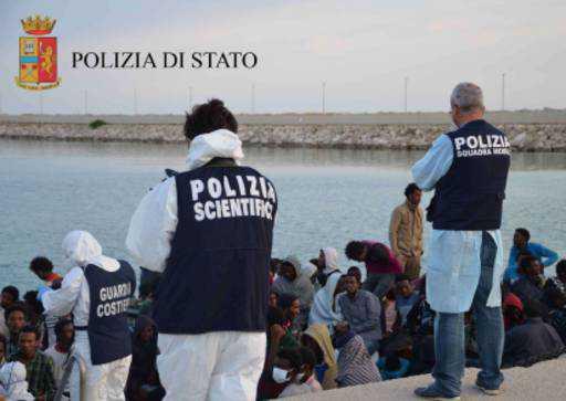 Sbarco migranti a Crotone, fermati scafisti russi