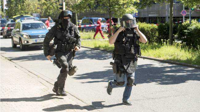 Spari e terrore in un cinema in Germania, ostaggi e feriti