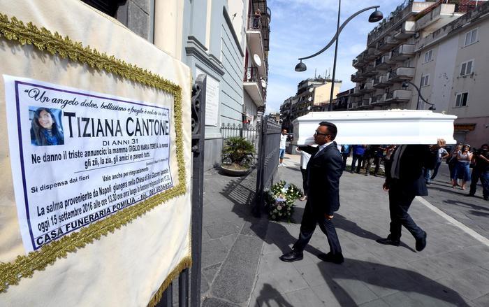 Addio a Tiziana, funerali a Casalnuovo. 4 indagati per il suicidio