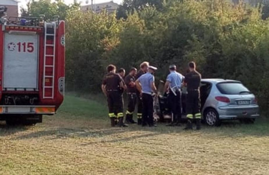 Trovato cadavere in auto, è omicidio. Guarda il video