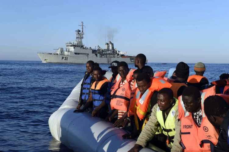 Al porto di Crotone nave con 705 migranti, ci sono 8 morti