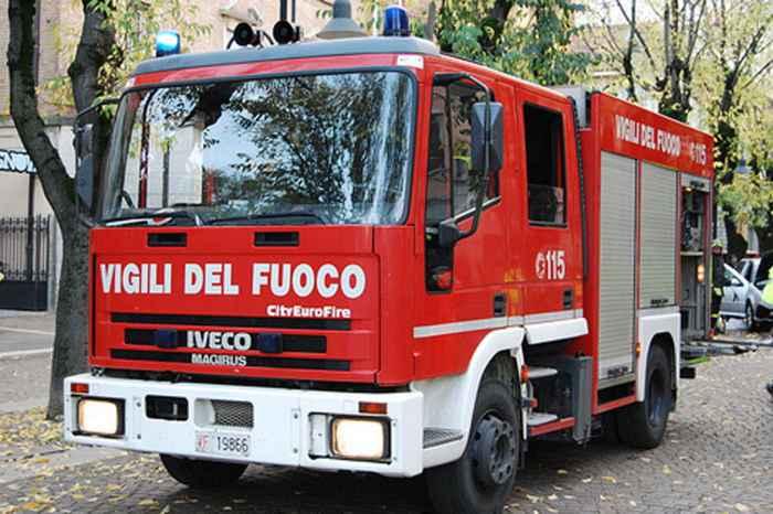 incendio di mezzi in provincia di vibo, vigili a lavoro