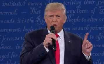 Donald Trump durante il secondo dibattito con Hillary Clinton