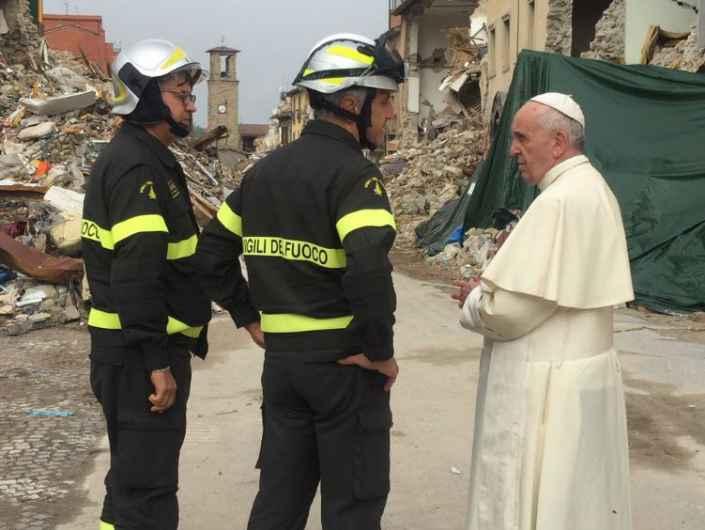 Papa Francesco parla coi i Vigili del fuoco ad Amatrice