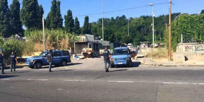 Poliziotti controllano campo rom