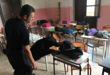 Un militare con un cane antidroga ispeziona un'aula a Petilia Policastro