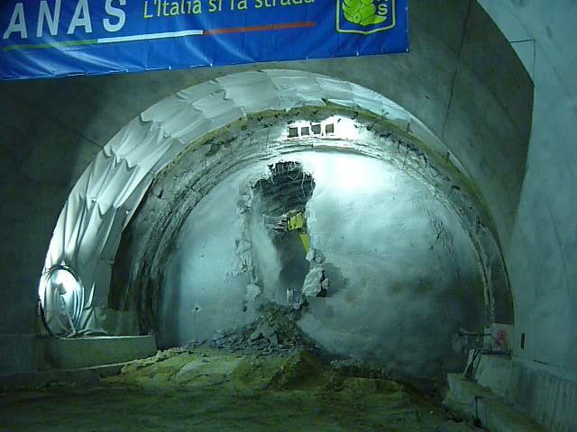A3, abbattuto diaframma della galleria Laria, a Laino. Era l'ultima