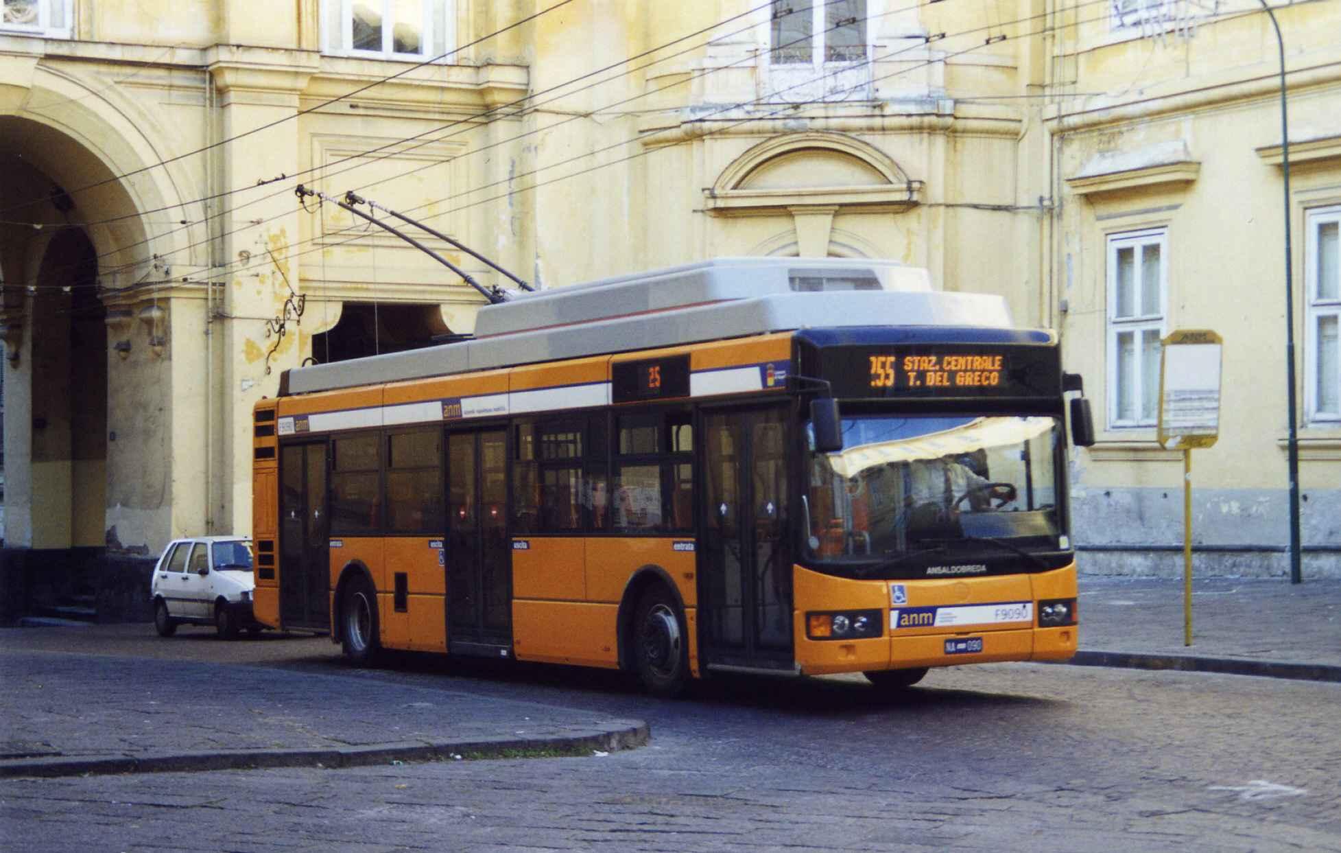 Napoli, autista di filobus accoltellato mentre guida. Un arresto
