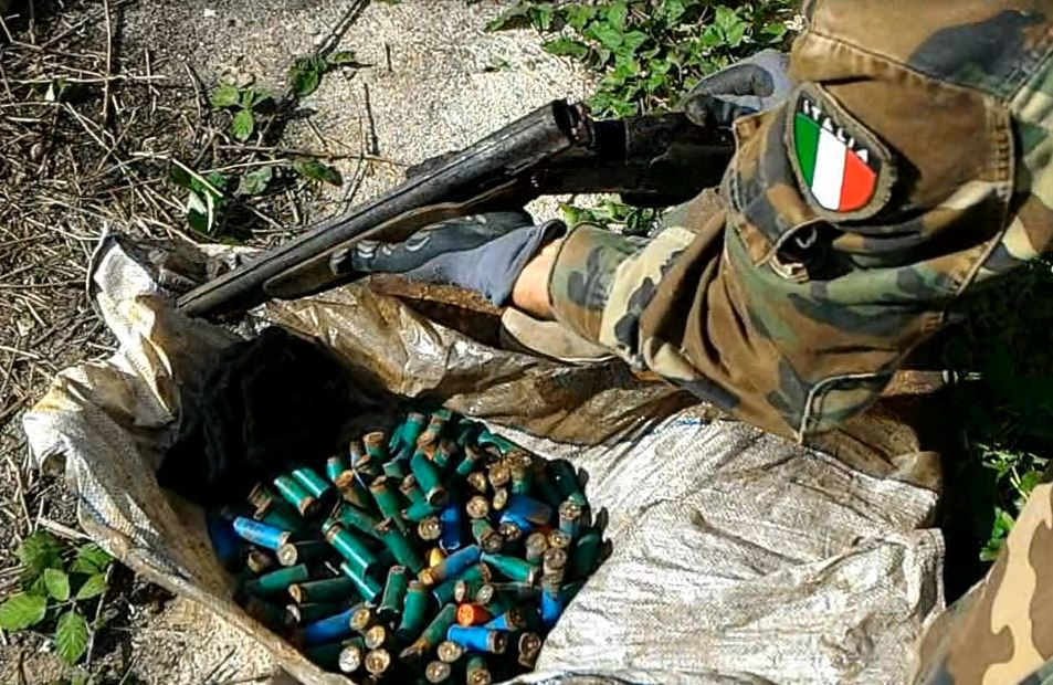 Il fucile a canne mozze e le munizioni trovati a Caulonia marina