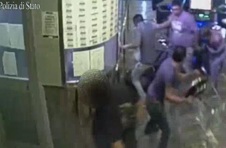 Un fermo immagine del video diffuso dalla Polizia in cui si vede il branco picchiare un senegalese.