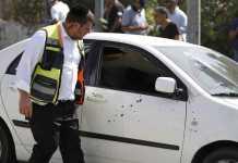 Polizia israeliana davanti l'auto del killer neutralizzato a Gerusalemme