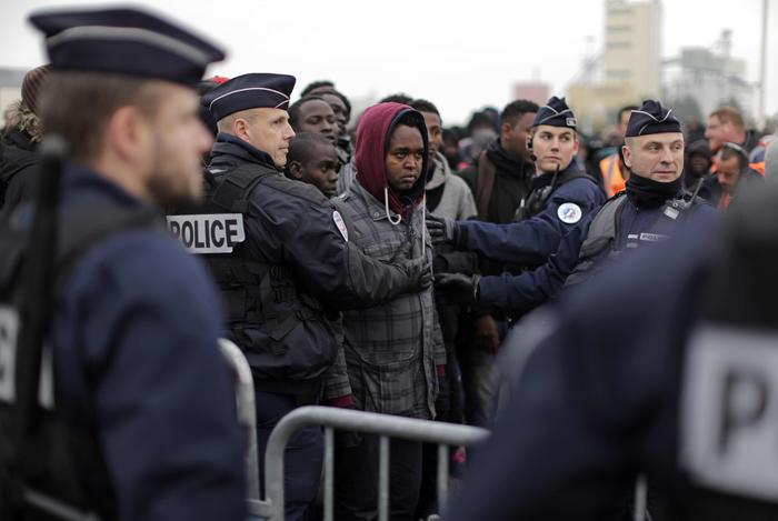 Sgomberati i migranti della giungla di Calais