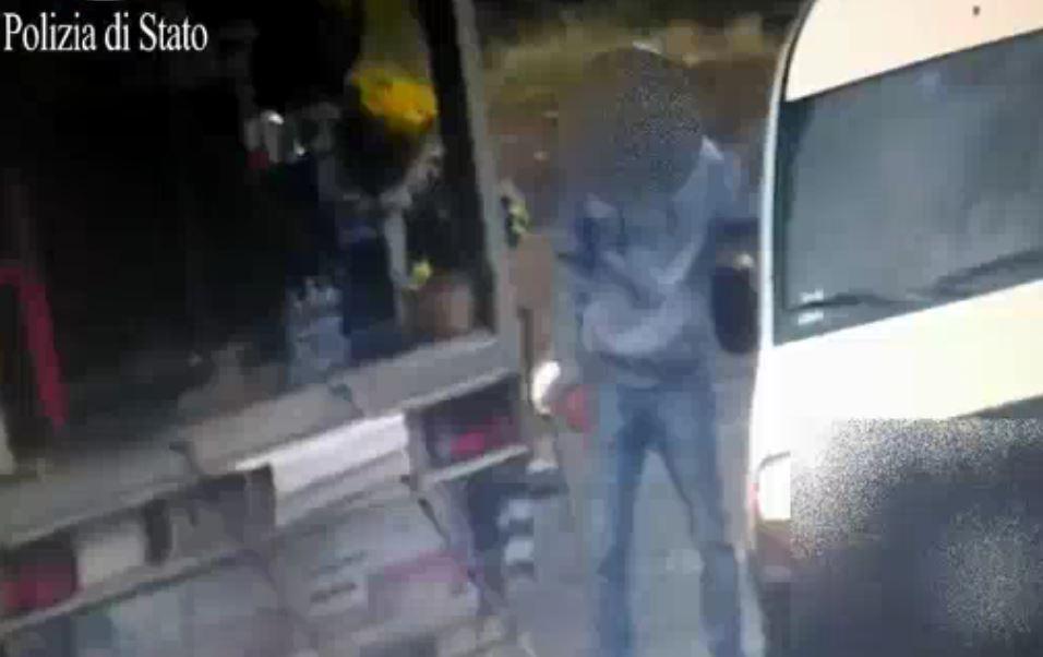 Uno spacciatore al cimitero Prima Porta a Roma (Video Polizia)