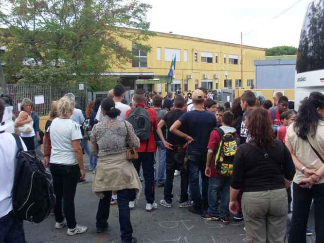 Napoli, 15enne accoltella studente all'uscita di scuola. Fermato