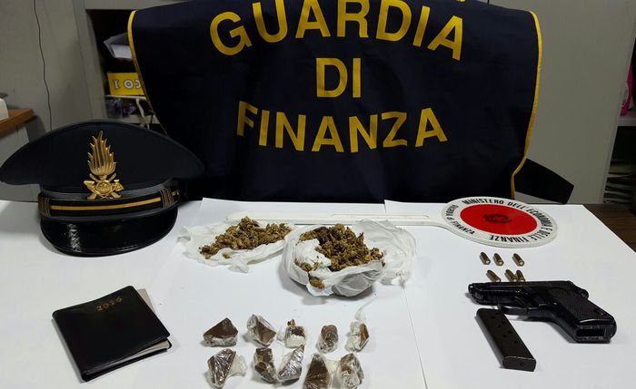 L'arma e la droga rinvenuta all'Unical