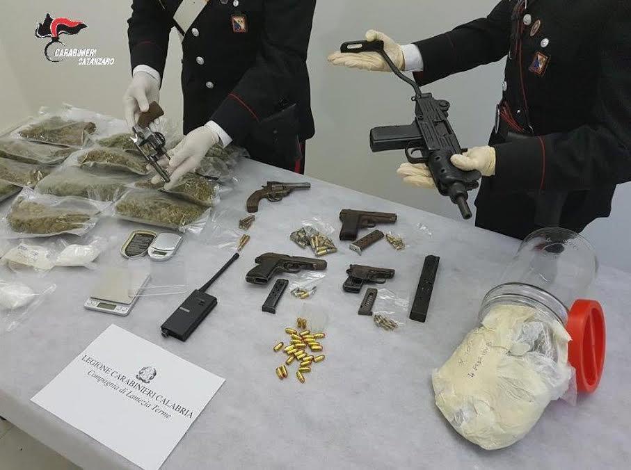 Militari di Lamezia con armi e droga sequestrate