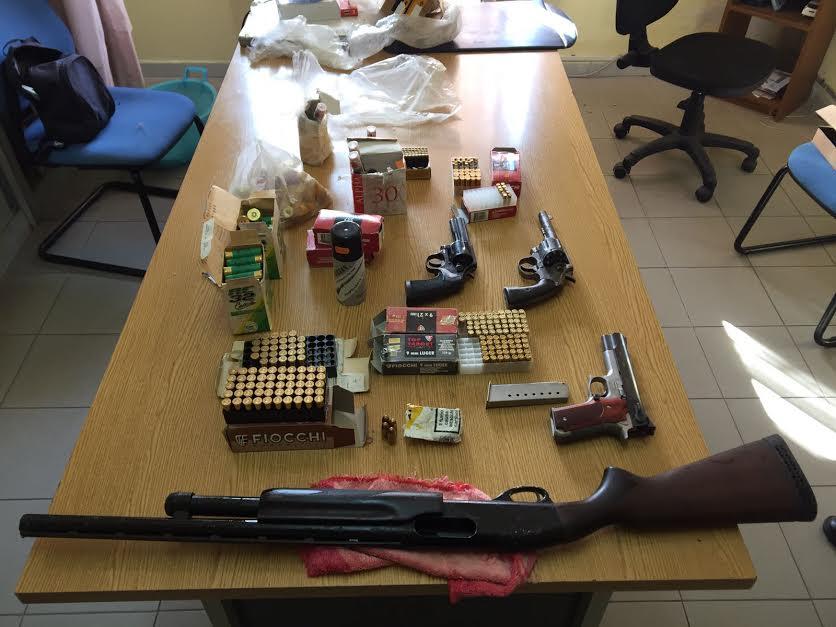 Le armi e le munizioni sequestrate a Briatico