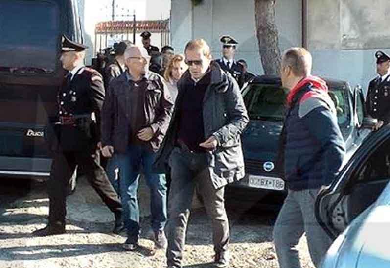 Il procuratore di Castrovillari Eugenio Facciolla nel sopralluogo al cimitero