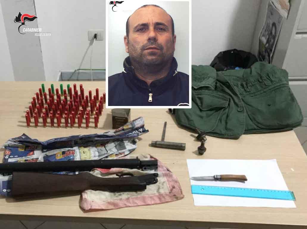 Il fucile e le munizioni sequestrate. Nel riquadro Giuseppe Pelle