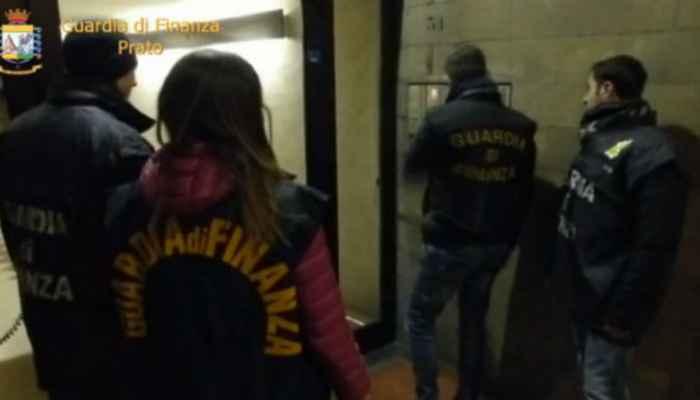 Militari della Guardia di Finanza di Prato durante il blitz