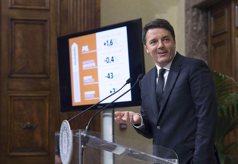 Renzi illustra le slide durante la conferenza stampa sui suoi mille giorni al governo (P. Chigi)