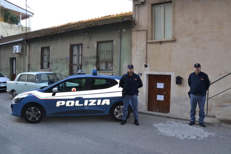 """Agenti di Polizia di Gioia Tauro davanti la """"casa"""" della giovane a Rosarno"""