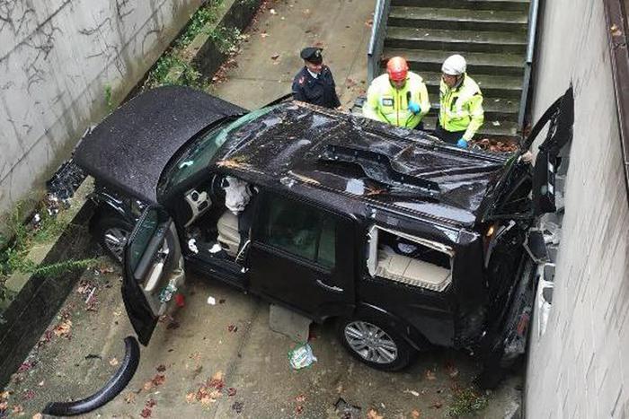 L'auto caduta dal parcheggio.