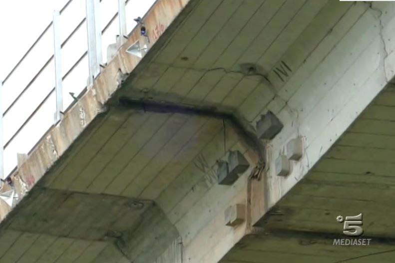 L'ampia fessura del viadotto Cannavino