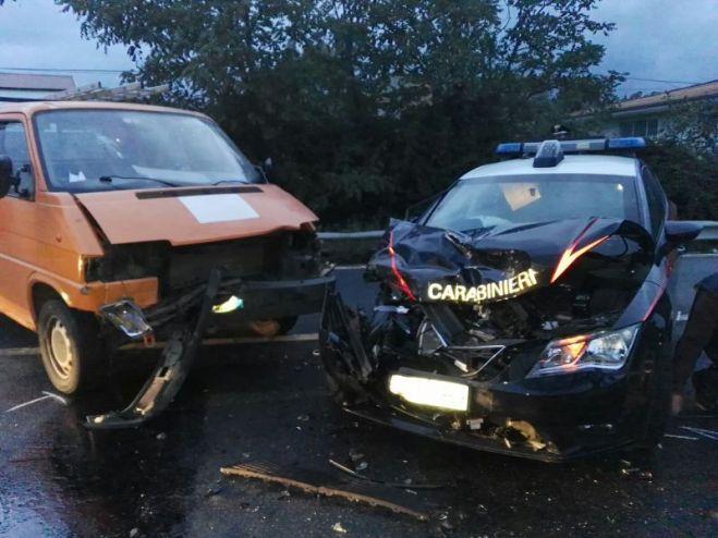 Badolato, incidente tra furgone e auto carabinieri. Feriti tre militari