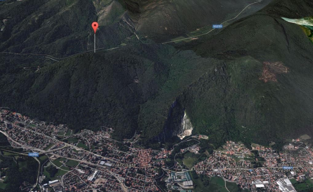 L'area boschiva sul monte Minisfreddo a Bisuschio dove è precipitato l'elicottero