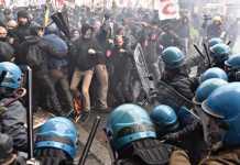 Un momento degli scontri alla manifestazione a Firenze